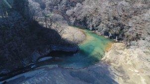 冬 山の中を流れる川 川原から上空へ