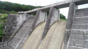 ダム 放水箇所をゆっくり浮上