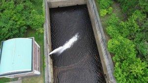 ダム 側溝を真俯瞰で