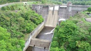ダム 全景から湖へ