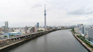 隅田川水面から東京スカイツリー全景