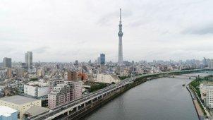 東京スカイツリー全景から隅田川水面へ