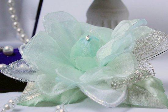 輝くペールグリーンの一輪花のフォーマルコサージュ リボン・ビーズ付き