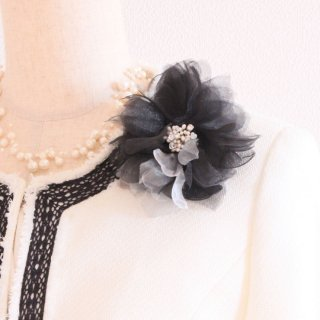 コサージュ | シンプル で 装飾 が 少なめ ブラック 黒 オーガンジー 一輪 コサージュ クリップ付き ケース付き