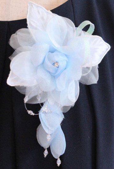 ブルー 水色 バラ 花びら 下がり付き コサージュ ケース付き【画像5】