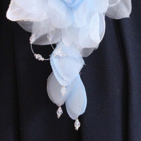 ブルー 水色 バラ 花びら 下がり付き コサージュ ケース付き【画像9】