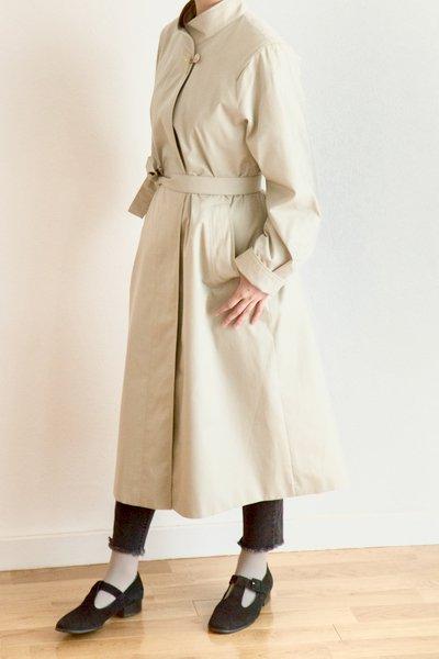 Stand collar coat with planetary button