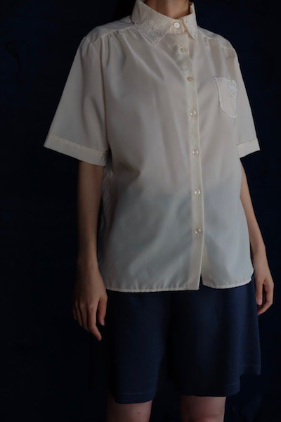Classic short sleeve blouse with flower embroidered detail
