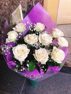花束 白バラかすみ