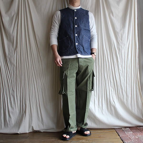 <img class='new_mark_img1' src='https://img.shop-pro.jp/img/new/icons13.gif' style='border:none;display:inline;margin:0px;padding:0px;width:auto;' />ARAN / VEST CHAMBRAY