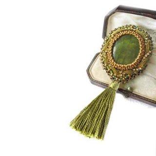 刺繍ブローチ ネックレス 緑 天然石サーペィンティンビーズブローチ タッセル 3WAY