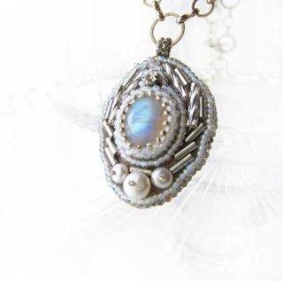 ビジューネックレス パール 白 ブルームーンストーン 天然石 ビーズ刺繍ネックレス