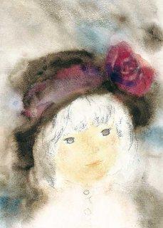 バラ飾りの帽子の少女