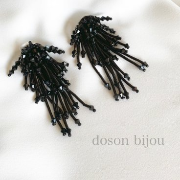 <img class='new_mark_img1' src='//img.shop-pro.jp/img/new/icons47.gif' style='border:none;display:inline;margin:0px;padding:0px;width:auto;' />tassel bees black pierce earring