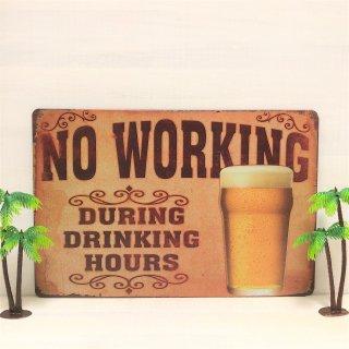 NO WORKINGのブリキ看板