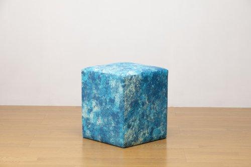 適度なサイズの四角スツール マーブルブルー