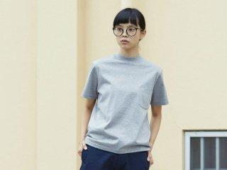 〈L&HARMONY WOMEN/エルアンドハーモニウーマン〉ハイクルーネックポケットTシャツ(Gray)