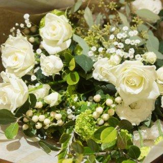 白・グリーンのおしゃれな花束