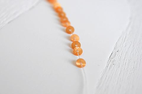 糸通しスパンコール/シェル ライトオレンジ 4mm〔フランス製〕