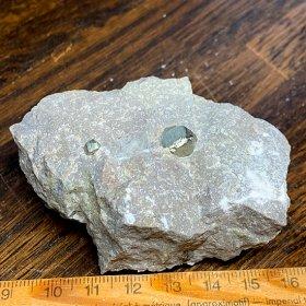 母岩付き黄鉄鉱十二面体標本