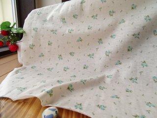 優しいブーケのさらさらTシャツ地・生成×ブルーグリーン