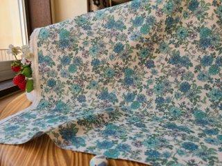 クラシカルフラワーの綿麻シーチング・生成×ブルー