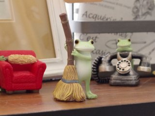 今日も一生懸命お掃除します! コポーシリーズ「ほうきでお掃除」