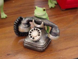 あの子からの電話はまだかなぁ。 コポーシリーズ「レトロ黒電話とカエル」