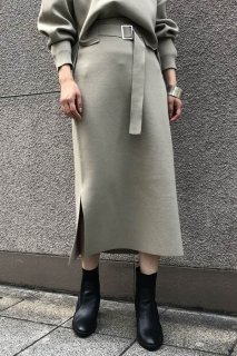 Tight skirt with side slit belt