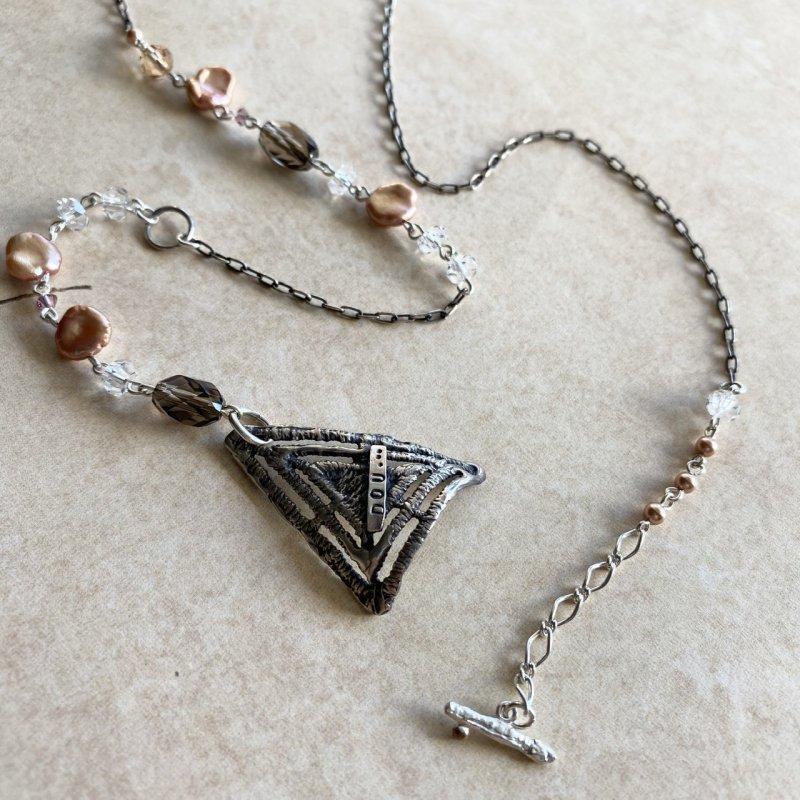 いぶし銀×ケシパールの三角ネックレス