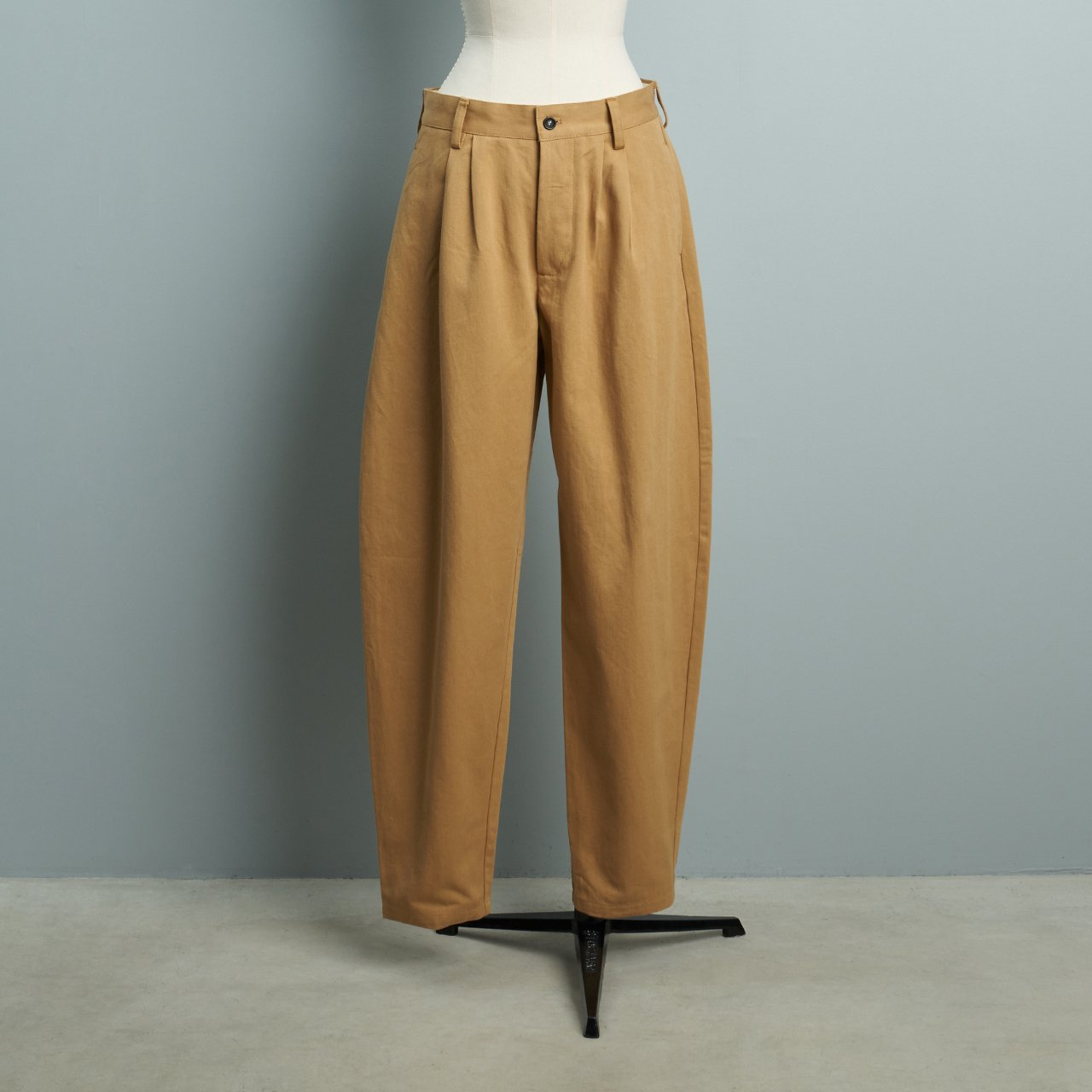 suzuki takayuki<BR>tapered pants<BR>beige
