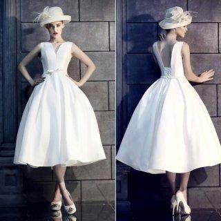 ボリューミーなスカートがエレガントなレースアップのマタニティドレス