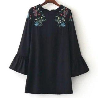 フリルネックがかわいい花柄刺繍のブラックワンピース