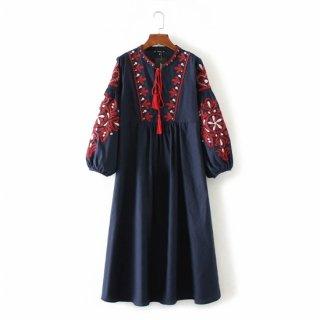 鮮やかな刺繍が目を惹くふんわり袖のワンピース