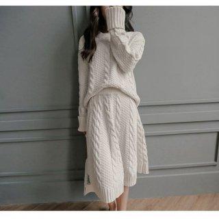 ケーブル編みのフレアスカートがガーリーなニットのセットアップ