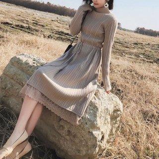 裾の刺繍レースがフェミニンなボトルネックの長袖ワンピース