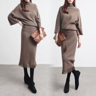 フレアスリーブ×裾フリンジが魅力的なタートルネックのスカートセットアップ