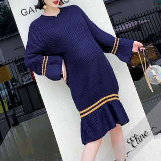 裾のフリルがキュートなクルーネックのゆったりニットワンピ
