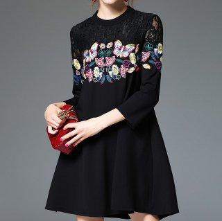 蝶々&花柄のカラフルな刺繍がエレガントなレースアップドレス