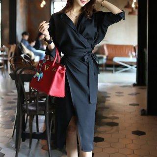 黒のワントーン×カシュクールが上品な印象のシャツワンピース