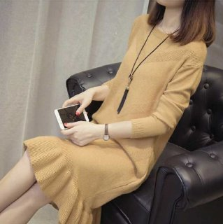 ゆったりニット 裾のフリルがキュートな膝丈の長袖ワンピース