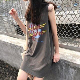 カラフルな英字プリントがキュートなノースリーブのTシャツワンピース 2色
