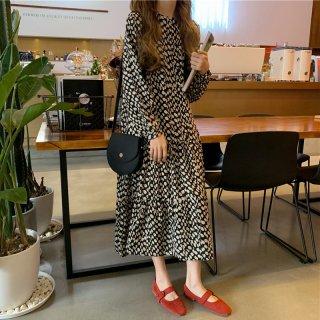 ティアードスカートのフリルが大人かわいいドット柄の長袖ロングワンピース