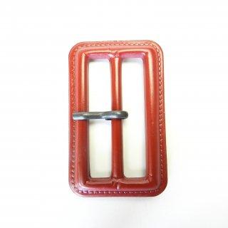 皮革風の赤色系ピン付バックル/内径50mm/本体:プラスチック系/ピン:メタル系/トレンチコート・スプリングコート・コスプレに最適