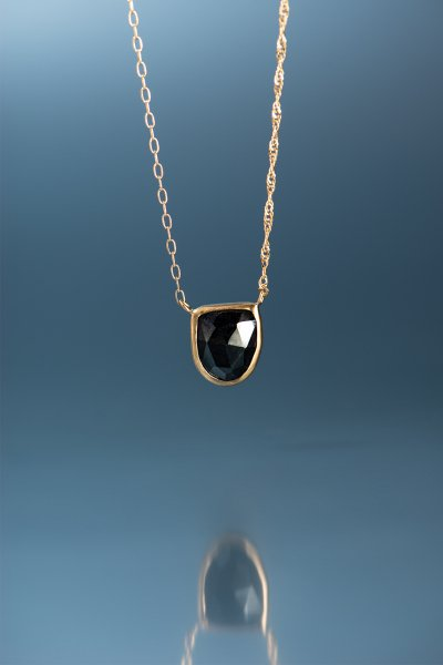 <img class='new_mark_img1' src='https://img.shop-pro.jp/img/new/icons2.gif' style='border:none;display:inline;margin:0px;padding:0px;width:auto;' />NR51 / Black  Sapphire Necklace(Emblem)