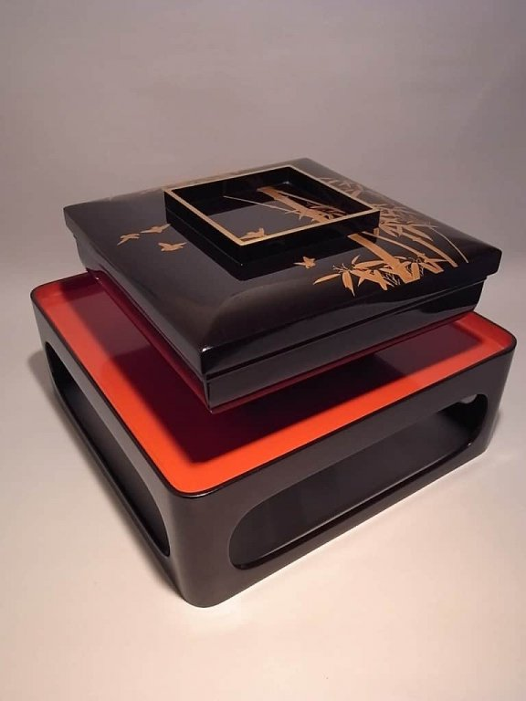黒塗竹雀蒔絵大平 台付 / Black lacquered Sweets case 'Ohira' with the Stand