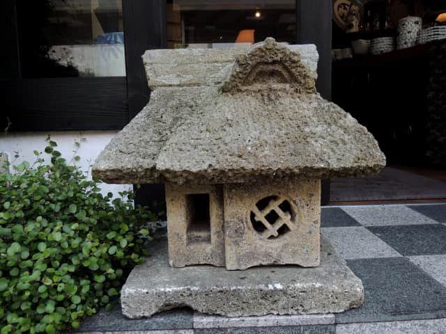 葛屋形灯籠 / Stone Lantern