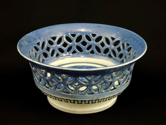 伊万里瑠璃釉透かし鉢 / Imari Lazurine Bowl with the Lattice Work