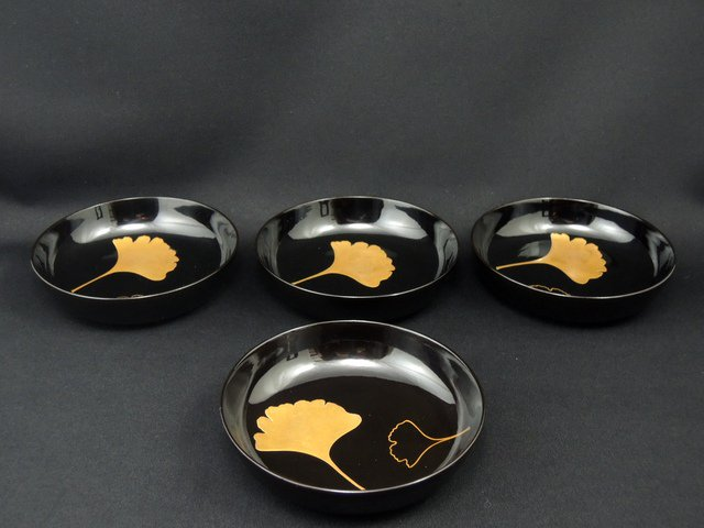 黒塗銀杏蒔絵菓子皿 四枚組 / Black-lacquered Small Plates with 'Makie' picture of Ginkgo leaves   set of 4