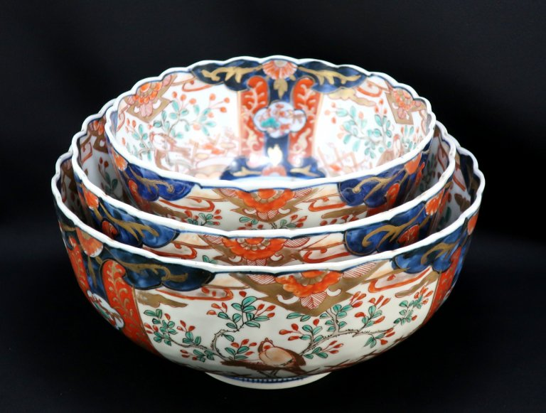 伊万里色絵花籠手菊花形三つ組鉢 / Imari Polychrome Chrysanthemum-flower-shaped Bowls  set of 3